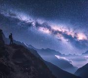 Przestrzeń z Milky sposobem, dziewczyną i górami przy nocą, obrazy royalty free