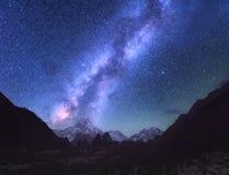 przestrzeń Milky sposób Scena z himalajskimi górami Zdjęcie Royalty Free
