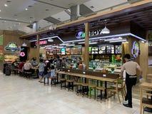 Przestrze? w?rodku lotniskowego czekanie domu, ludzie czeka? na odpraw procedury - krzywka Ranh, Wietnam Kwiecie? 16, 2019 zdjęcia royalty free