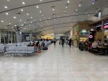 Przestrze? w?rodku lotniskowego czekanie domu, ludzie czeka? na odpraw procedury - krzywka Ranh, Wietnam Kwiecie? 16, 2019 obraz stock