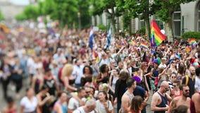 Przesunięcie obiektyw nad homoseksualnej dumy paradą nad widok tęczy flaga zbiory