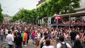 Przesunięcie obiektyw nad homoseksualnej dumy parady homoseksualisty ciężarówki miniatury skutkiem zbiory