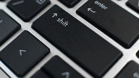 Przesuwa guziki na laptop klawiaturze i wchodzić do, pisać na maszynie kapitałowi listy, teksta edytorstwo zdjęcia royalty free