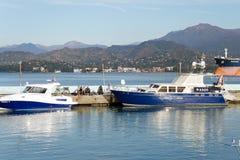Przesyła na tle góry - parkować łodzie, przyjemności łódź, przyczepa Rybacy jest łowią Obrazy Stock
