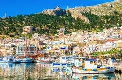 Przesyła z małymi rybak łodziami na Greckiej wyspie Zdjęcie Royalty Free
