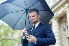 Przesyłanie wiadomości pod parasolem Obrazy Royalty Free