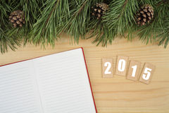 przeszłość nowego roku Notatnik na stole z Bożenarodzeniowym jedlinowym drzewem z tekstem 2015 Fotografia Royalty Free