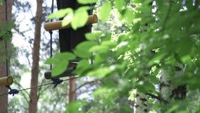 Przeszkoda kurs w przygoda parku zapas Atleta na przeszkoda kursie w drzewach zbiory