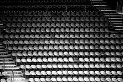 Przetarci rzędy siedzenia w stadium Fotografia Stock