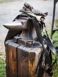 Przetarty żelazny kowadło fartuch, rękawiczki i zdjęcia royalty free
