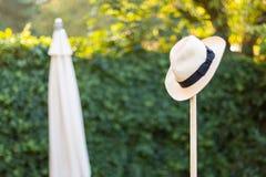 Przetarty Słomiany kapelusz na Ogrodowego narzędzia pojęciu Strzelającym dla uprawiać ogródek, odpoczynek, praca robić obrazy royalty free