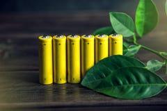 Przetwarzać i usuwanie alkaliczne baterie Pojęcie energetyczny życzliwy ekologia i środowisko obrazy stock