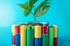 Przetwarzać i usuwanie alkaliczne baterie Pojęcie energetyczny życzliwy ekologia i środowisko fotografia stock