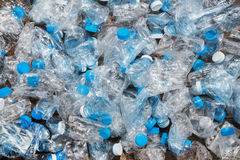 Przetwarzać pojęcie problem ekologia, zanieczyszczenie środowiska Tło klingeryt butelkuje przejrzystą błękit sieć Obrazy Royalty Free