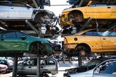 Przetwarzać starzy, używać, rujnujący samochody, Rozebranie dla części przy świstkiem obrazy stock