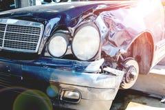 Przetwarzać starzy, używać, rujnujący samochody, Rozebranie dla części przy złomowymi jardami fotografia stock