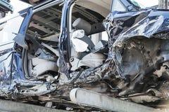 Przetwarzać starzy, używać, rujnujący samochody, Rozebranie dla części przy złomowymi jardami zdjęcie stock