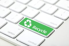 Przetwarza zielonego guzika na klawiaturze zdjęcia royalty free