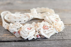 Przetwarzająca tkaniny kolia od koronek podstrzyżeń, koralików i filc bazy odizolowywającej na rocznika drewnianym tle, Zdjęcia Stock