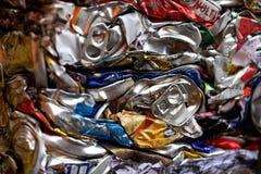 Przetwarzający aluminium i cynę pije i karmowe puszki zdjęcia stock