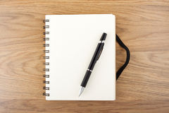 Przetwarzający papierowy notatnik z czarnym elastycznym zespołem piórem i Fotografia Royalty Free