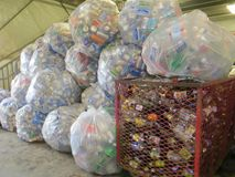 Przetwarzający puszki w plastikowych workach przy usypem lub przetwarzać centrum Obraz Stock