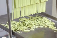 Przetwarzający spaghetti makaron Na Maszynowej tacy obraz royalty free