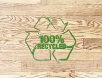Przetwarzający szyldowy znaczek na drewnianym deski tle Fotografia Stock
