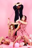 przewaga i zależność retro dziewczyny i mistrz w partyjnych balonach rocznik mody kobiety kukiełkowe i mężczyzna Wakacje i obraz stock