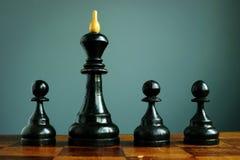 Przewaga nad konkurentami lub biznes przewaga w rekrutacji Pionkowie i szachowy kr?lewi?tko obraz stock