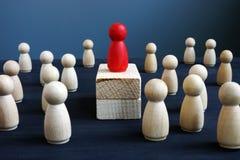 Przewaga, władza i przywódctwo, Czerwona drewniana figurka na blokach obrazy stock