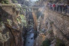 Przewdonik pokazuje gościom Caminito Del Rey ścieżkę, Malaga, Spai Zdjęcie Royalty Free