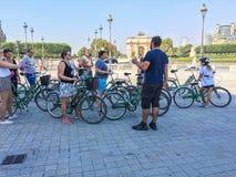 Przewdonik przygotowywa turystów dla rowerowej wycieczki turysycznej po środku Paryż, blisko louvre muzeum fotografia royalty free