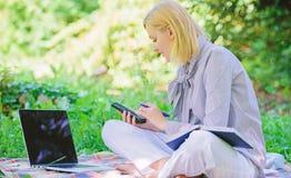 Przewdonik zaczyna freelance karier? Zosta? pomy?lny freelancer Dyrekcyjny biznes outdoors Kobieta z laptopem siedzi trawy zdjęcia royalty free