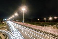 Przewieziona metropolia, ruch drogowy i rozmyci światła, Zdjęcia Royalty Free