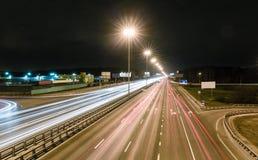 Przewieziona metropolia, ruch drogowy i rozmyci światła, Obrazy Stock