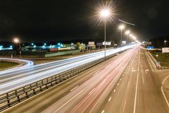 Przewieziona metropolia, ruch drogowy i rozmyci światła, Zdjęcia Stock