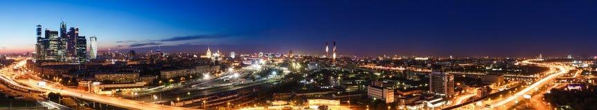 Przewieziona metropolia, ruch drogowy i rozmyci światła, obraz royalty free