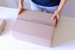 Przewoźników czeki Pakujący pudełka, Uszczelneni Z taśmą na Wszystko Popierają kogoś, zwrot Zdjęcie Stock