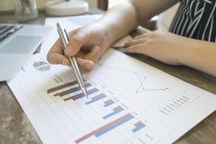Przewodniczący firma obecnie kontroluje firm sprawozdania finansowe przygotowywać plan rozszerzać swój biznes E zdjęcia royalty free