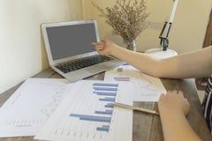 Przewodniczący firma obecnie kontroluje firm sprawozdania finansowe przygotowywać plan rozszerzać swój biznes E obraz stock