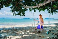 Przewodzić białego piaska błękitny denny raj Widzieć od behind kobiety swimsuit przy piaskowatą plażą na słonecznym dniu Zdjęcia Royalty Free