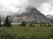 Przewodzi góry wśród chmur Obraz Stock