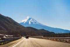 Przewodzić Halny Fuji i droga w spadku ulistnieniu w jesieni morzach fotografia royalty free