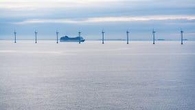 Przewozi blisko na morzu wiatrowego gospodarstwa rolnego w ranku zmierzchu Obraz Royalty Free