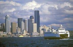 Przewozi na Puget Sound z Seattle linią horyzontu w tle, WA Zdjęcia Stock