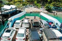 Przewozi statku przewożenia turystów samochodowych wyspa jako Zdjęcie Royalty Free