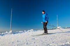 Przez cały kraj narciarstwo: młodego człowieka przez cały kraj narciarstwo Zdjęcia Royalty Free