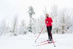 Przez cały kraj narciarstwo: młodej kobiety przez cały kraj narciarstwo Fotografia Stock