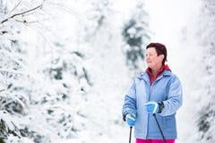 Przez cały kraj narciarstwo: młodej kobiety przez cały kraj narciarstwo Zdjęcie Stock